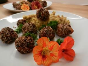 Sesam-Bohnenbaellchen-auf-Pueree_04